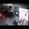 Video Carro fuera de control atropella un grupo de personas Male Exiting Door Are Crushed by Out of Control Car
