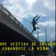 Video Fuerte mujer se tira de un puente Russian Fire Crews Deploy Cube of Life