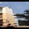VIDEO Hombre se tira de un 13 piso Man hanging off building falls
