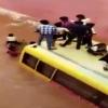 VIDEO Autobús escolar con 50 niños queda atrapado en una inundación en la India
