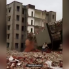 VIDEO: Hombre escapa 'por los pelos' de un edificio que se le derrumba encima