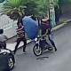 VIDEO VIRAL Intentan robarle y espanta a los ladrones con su paraguas