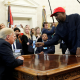VIDEOS: Kanye West revela su contraseña de iPhone durante el encuentro con Trump y la Red explota