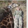 Revuelo en redes sociales por foto de una cazadora con una jirafa muerta