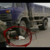 Video Fuerte camion le pasa por ensima a una nina Little girl playing behind truck gets run over and killed
