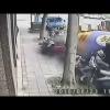 VIDEO: Se salva milagrosamente de morir aplastado por un camión fuera de control