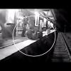 VIDEO: Un joven forcejea con un policía para resistirse a un arresto y lo arrolla un tren