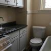FOTO: Se alquila un apartamento con el inodoro y la bañera dentro de la cocina