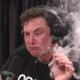 VIDEO Musk Uno de los mas millonario del planeta fumando MARIHUANA Dicen que podria renunciaría como presidente de Tesla y pagaría multa millonaria tras ser demandado por fraude
