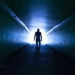 ¿Por qué vemos una luz blanca al final de un túnel en los estados cercanos a la muerte?