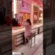 VIDEO: 'Roban' joyas en tiendas para dejar en ridículo a los vendedores