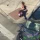 VIDEO De película: Mujer con un bebé huye de la Policía, choca su auto e intenta robar otro coche (VIDEO)