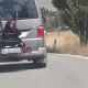"""VIDEO""""Le encanta viajar así"""": Detenido por manejar con su hija atada a la parte trasera del carro (VIDEO)"""