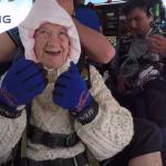 VIDEO: Una anciana de 102 años salta de un avión en paracaídas para generar conciencia sobre su hija