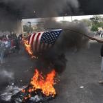 Manifestantes #haitianos queman una #bandera de #EE.UU